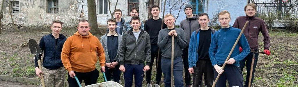 Толока у Старому місті: студенти ВДС прибрали територію заповідника (ФОТО)